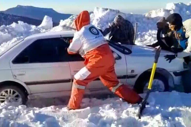 ۱۶ خودرو در محور فرعی جنگل اولنگ شاهرود گرفتار برف و کولاک شدند