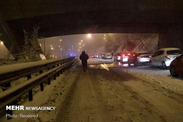 امدادرسانی به ۵۶ خودروی گرفتار در جادههای برفگیر استان سمنان