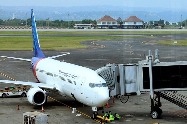 Indonesian airplane loses contact shortly after takeoff