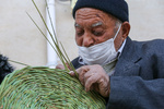 دستان کمرمق پیرمرد ۹۴ ساله هنر ترکه بافی را زنده نگاه داشته است