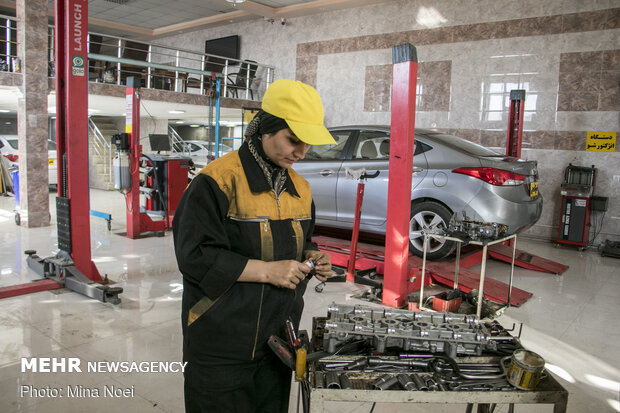Tebriz'in ilk kadın oto tamircisi