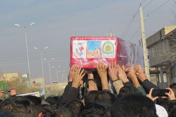 تشییع پیکر شهید «رضا اسداللهی» برروی دستان مردم قدرشناس قزوین