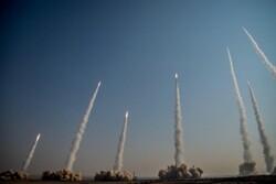 حرس الثورة الاسلامية يجري مناورة بمشاركة طائرات مسيرة واختبار صواريخ باليستية
