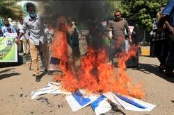 متظاهرون سودانيون يحرقون علم الاحتلال رفضا للتطبيع