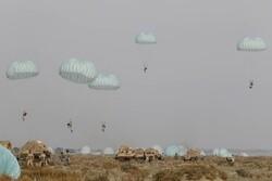 هجوم نیروهای هوابرد به مواضع دشمن در سواحل مکران
