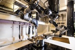 آشپزخانه تمام رباتیک به جای صاحبخانه آشپزی می کند