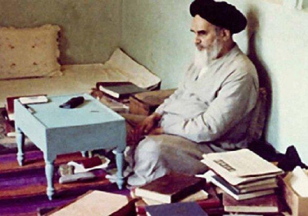 انس الإمام الخمیني رضوان الله علیه بالکتب