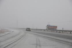 برف و بوران در محور مواصلاتی مشهد به چناران