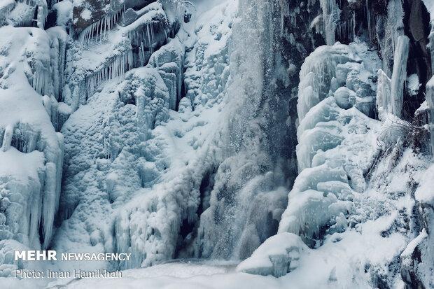 İran'da soğuk havada şelale dondu