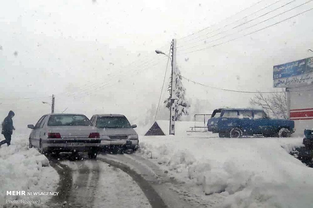 امداد رسانی به خودروهای گرفتار در برف گیلان