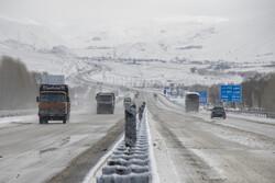 بارش باران و برف جاده های زنجان را خیس و لغزنده کرده است