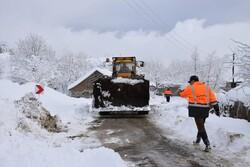 بارش برف راه ارتباطی ۳۰ روستای شهرستان کوهرنگ را مسدود کرد