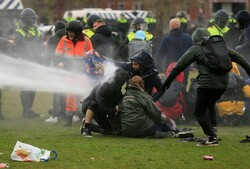 درگیری پلیس هلند و معترضان به محدودیتهای کرونایی