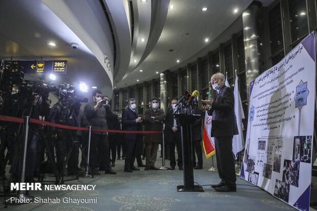 حضور علیاکبر صالحی معاون رئیس جمهور و رئیس سازمان انرژی در بین جمعی از خبرنگاران