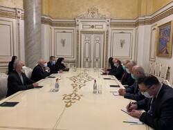 Zarif, Ermenistan Başbakanı Paşinyanile görüştü