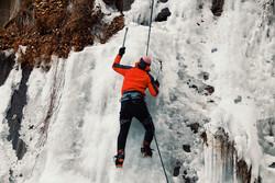 ہمدان کے گنج نامہ آبشار میں برفیلی چوٹیوں کو سرکرنے کا منظر