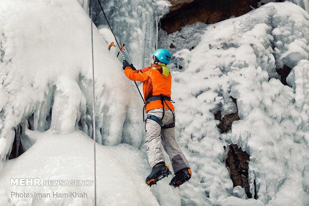 یخ نوردی در آبشارگنجنامه همدان