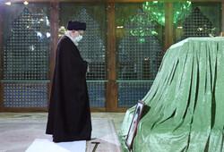 رہبر معظم کی حضرت امام خمینی (رہ) اور شہداء کے مزار پر حاضری