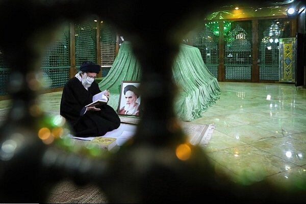 Leader attends Mausoleum of Imam Khomeini