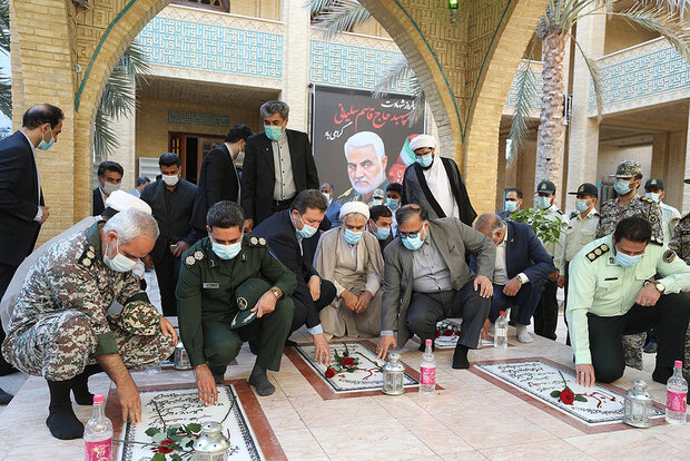 غبار روبی مزار شهدای گمنام کیش به مناسبت آغاز دهه فجر