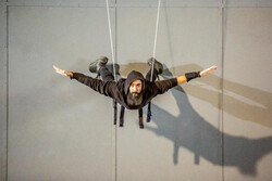 اجرای تئاتر فیزیکال «دیوار آسمان» بر فراز برج آزادی