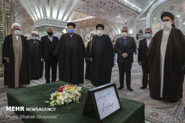 ایرانی عدلیہ کے سربراہ اور اعلی حکام کی حضرت امام خمینی (رہ) کے مزار پر حاضری