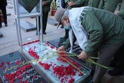 حضور سردار نقدی در گلزار شهدای کرمان