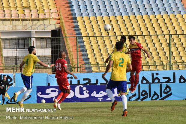 دیدار تیم های فوتبال صنعت نفت آبادان و فولاد خوزستان