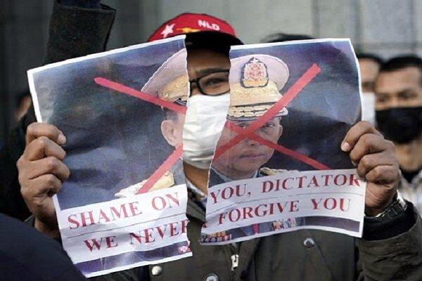 Myanmar'da halk darbeyi protesto için sokaklara çıktı
