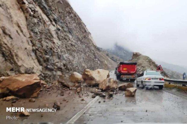 ریزش کوه در محورهای مازندران/ هراز مسدود است