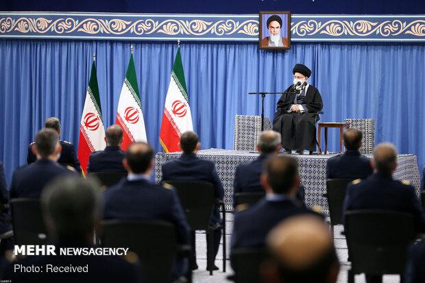 استقبال قائد الثورة الإسلامية لقادة وكوادر القوة الجوية للجيش الإيراني/بالصور