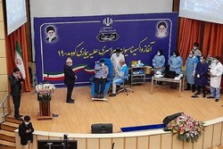 بدء تطعيم لقاح كورونا في إيران/ نجل وزير الصحة أول من يخضع للتطعيم