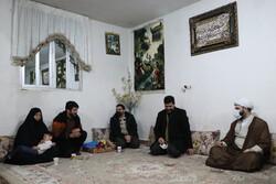 حجۃ الاسلام قمی کی فاطمیون بریگيڈ کے بعض شہداء کے اہلخانہ اور جانبازوں سے ملاقات