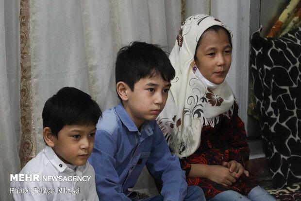 Hojatoleslam Qomi visits Fatemiyoun fighters' families