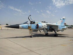 """خبراء القوة الجوية الايرانية يجرون عملية صيانة اساسية لمقاتلة """"ميراج"""""""