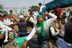 Hindistan'da çiftçiler bu sefer demir yollarını kapattı
