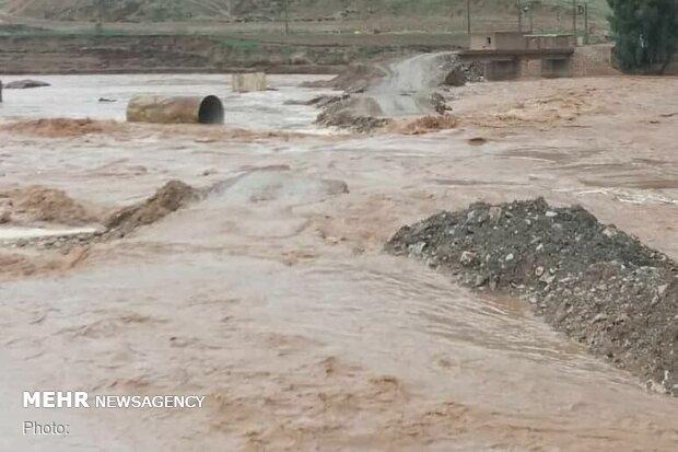 سیلاب محورهای تردد در شرق اصفهان را مسدود کرد