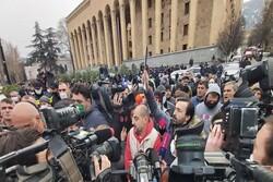 تلاش معترضین برای برپایی چادر در مقابل پارلمان/ پلیس با معترضین در تفلیس درگیر شد
