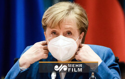 Merkel, maske takmayı unuttu! Telaşlı anları kameralara yansıdı