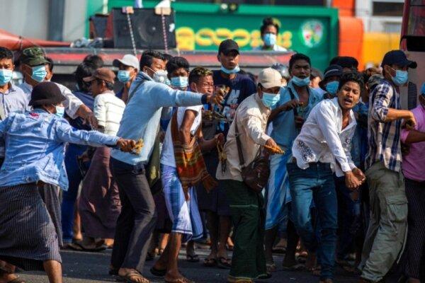 یورش مسلحانه حامیان ارتش میانمار به معترضان علیه کودتای نظامی