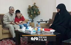 دیدار حاج قاسم سلیمانی با خانواده فرمانده شهید فاطمیون