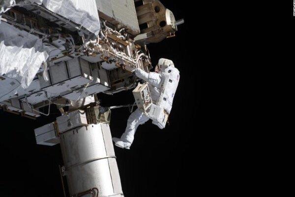 ۳ فضانورد خارج از ایستگاه فضایی بین المللی پیاده روی می کنند