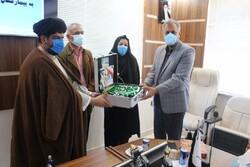 پرچم متبرک آستان قدس رضوی به مدافعان سلامت گناوه اهدا شد