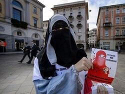 سوئزرلینڈ میں نقاب پہننے پر پابندی عائد کردی گئی