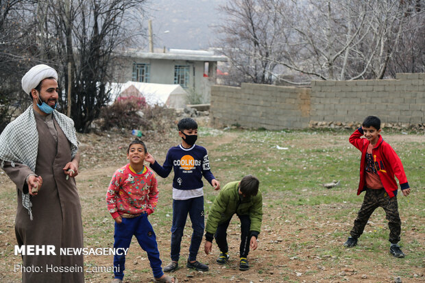 خدمات فرهنگی طلاب به کودکان زلزله زده سی سخت