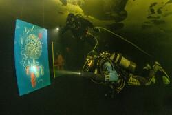 اولین نمایشگاه نقاشی زیر یخی جهان
