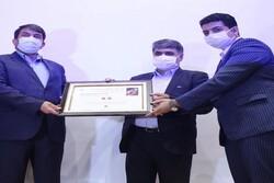 نخستین تمبر منتشر شده در دنیا به معاون وزیر ارتباطات اهدا شد