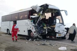 برخورد اتوبوس با تریلی در جاده بروجرد- اراک/ ۲ نفر کشته و ۱۳ نفر مصدوم شدند