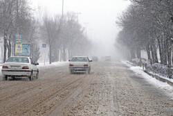 محورهای اصلی اصفهان بارانی است / مرگ راننده کامیون بر اثر واژگونی