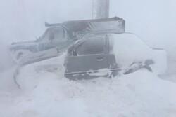 ۱۰ ساعت گرفتاری مسافران در برف و کولاک کمربندی دامغان/ امدادرسانی بسیار ضعیف است
